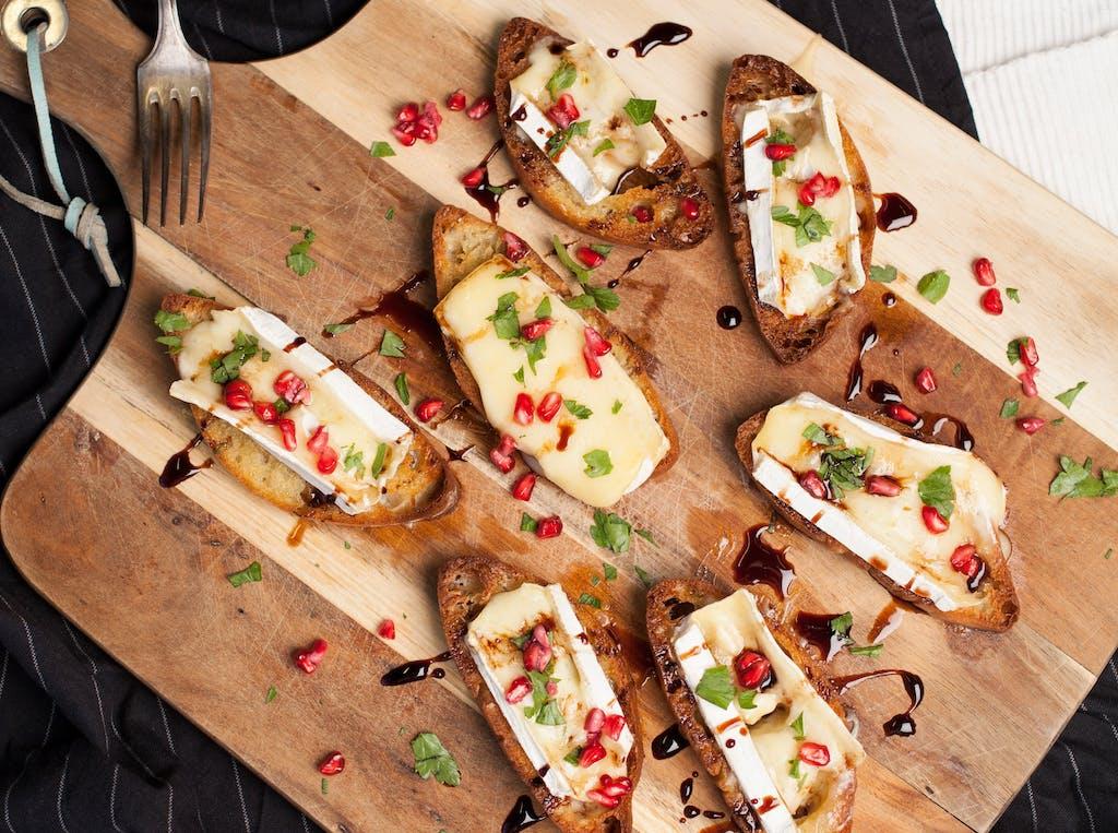 Brie und Pomegranate Crostinis